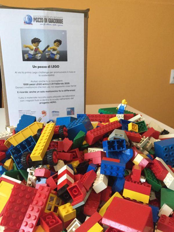 montagna di mattoncini LEGO
